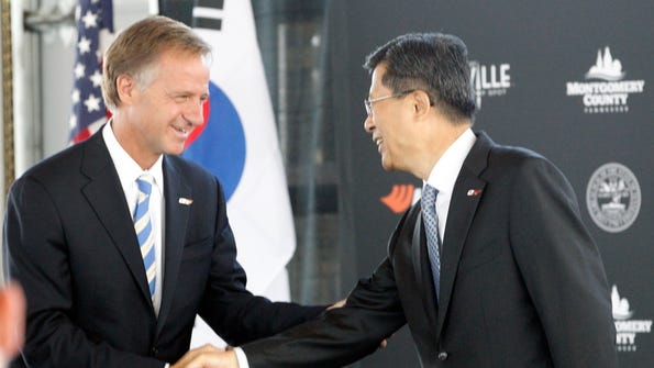 Gov. Bill Haslam and Hankook CEO Seung Hwa Suh in 2013