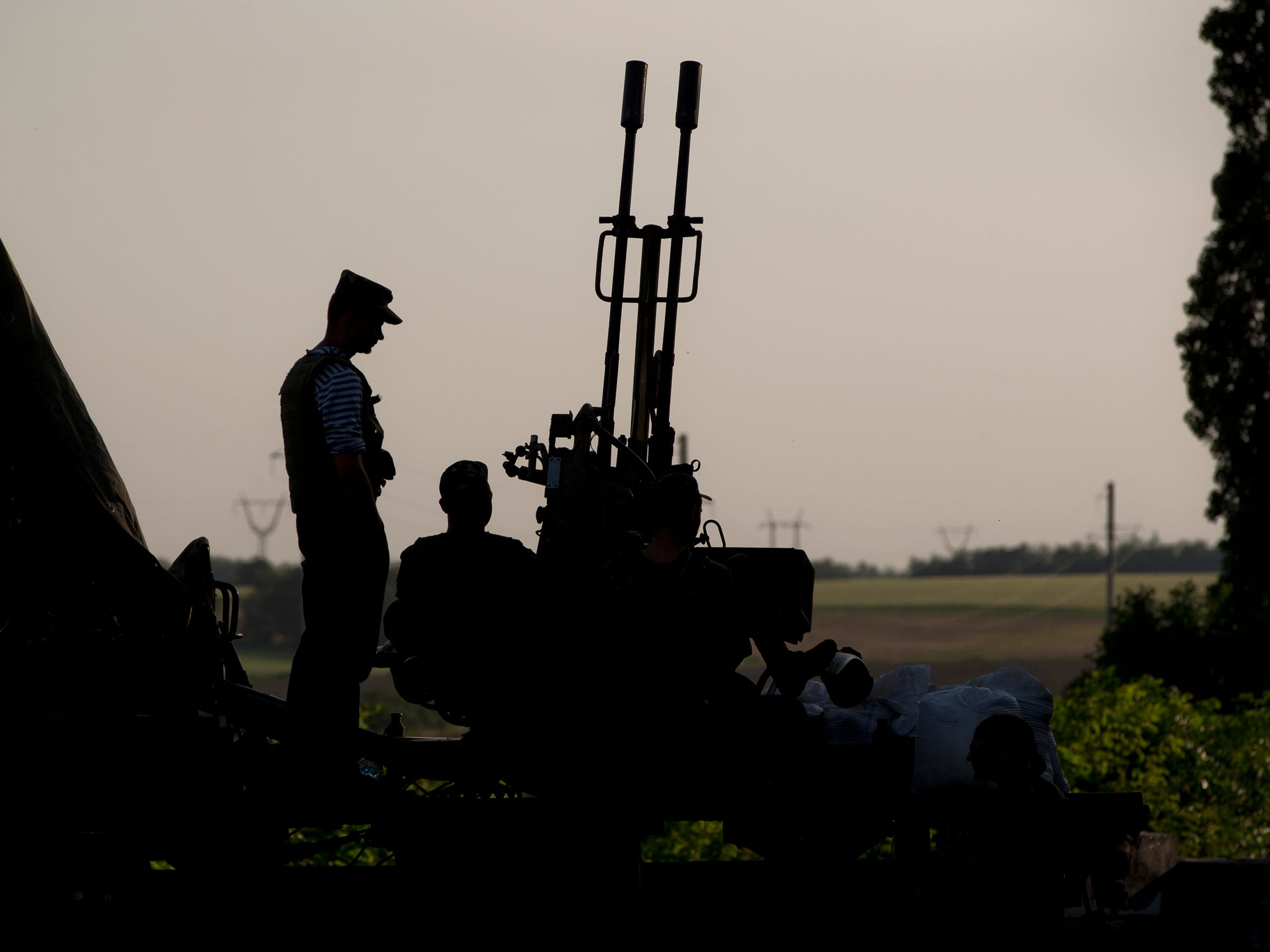 Ukrainian troops man an anti-aircraft weapon at a checkpoint