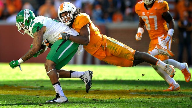 Tennessee linebacker Jalen Reeves-Maybin (21) tackles North Texas quarterback DaMarcus Smith (10) on Nov. 14, 2015.