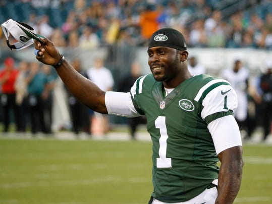 New York Jets' Michael Vick acknowledges the crowd during the first half of an NFL preseason football game against the Philadelphia Eagles, Thursday, Aug. 28, 2014, in Philadelphia. (AP Photo/Chris Szagola)
