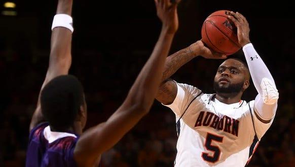 Auburn forward Cinmeon Bowers (5) had 16 points and