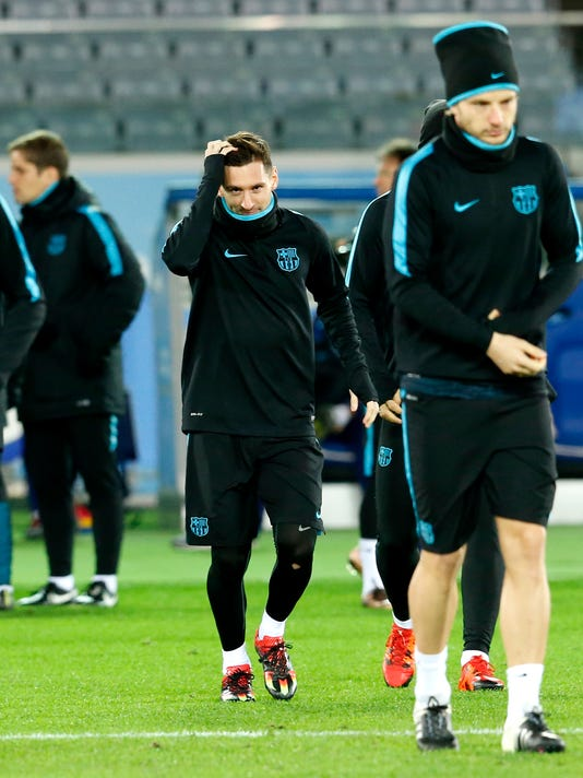 FC Barcelona's Lionel Messi arrives for a training session, ahead of Sunday's final against Argentine club River Plate at the FIFA Club World Cup soccer tournament in Yokohama, near Tokyo, Saturday, Dec. 19, 2015. (AP Photo/Shuji Kajiyama)