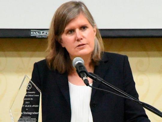 Sandra Steingraber accepts the 2015 Elliot-Black Award