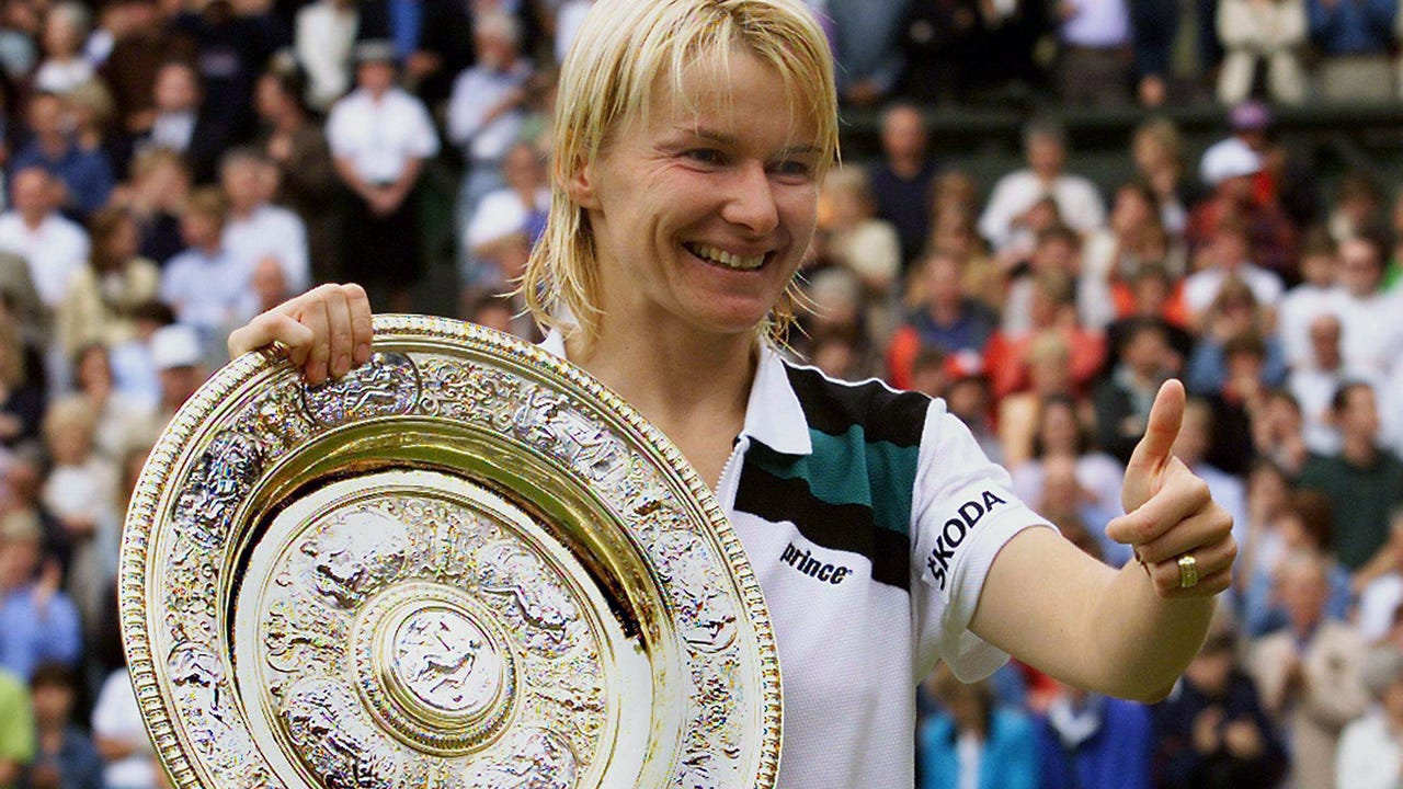 Former tennis star Jana Novotna has passed away after a battle with cancer.