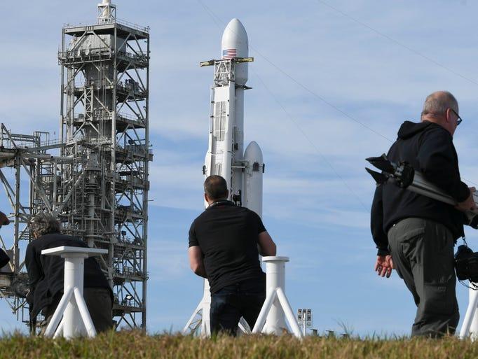 Photographers set up remote cameras around pad 39A