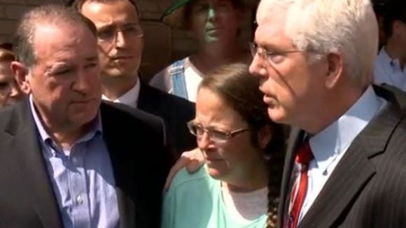 Kim Davis, center, stands with Republican presidential
