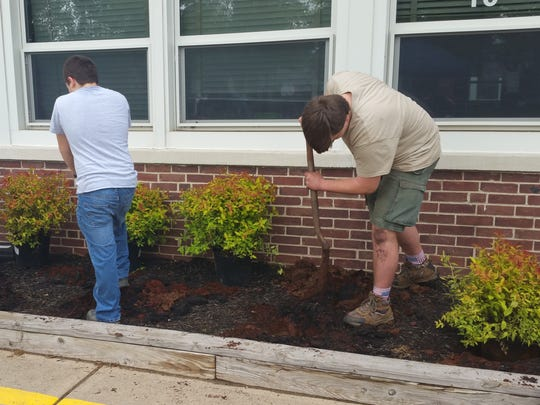 Volunteers planed a garden at Lincoln Elementary School