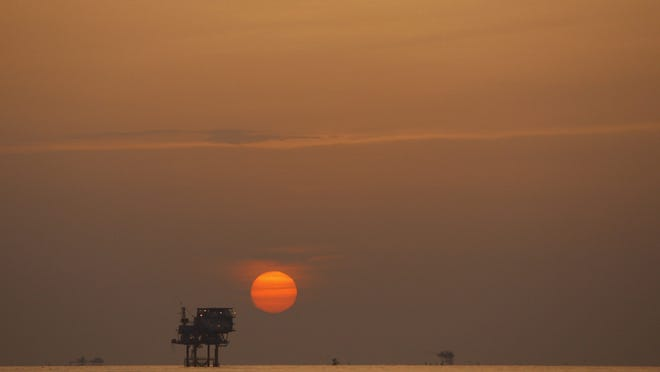 European Pressphoto Agency epa04557058 (FILE) A file photo dated 15 July 2010 showing the sun setting over an oil well in the Gulf of Mexico, USA. Reports on 12 January 2015 state the oil price has fallen three per cent to its lowest level since April in 2009. Goldman Sachs has also lowered its three-month forecast of Brent crude oil, from the earlier forecast 80 USD to 42 USD and said it expects the price to stay close to 40 USD for the first six months of 2015. EPA/ANN HEISENFELT ORG XMIT: AMH18