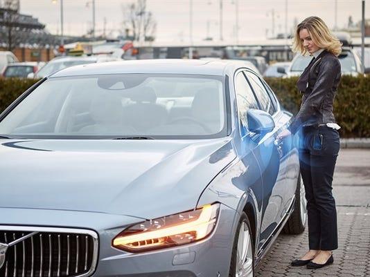 635918215928047496-175608-Volvo-Cars-digital-key.jpg