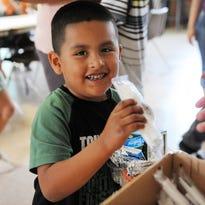 Ofrecen escuelas comidas gratuitas a niños durante el verano