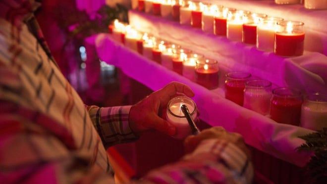 Una vela se enciende para cada una de las víctimas del tiroteo de Orlando en una vigilia celebrada en Bambusa Bar and Grill el 16 de junio de 2016 Naples, Florida. Además de la iluminación de 49 velas en honor de las víctimas, Bambusa también fue sede de una subasta de recaudación de fondos para recaudar dinero para los sobrevivientes y familiares de las víctimas. (Nicole Raucheisen/Personal)