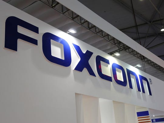 Foxconn Technology Group plans to build a large flat-panel display manufacturing plant in Wisconsin.