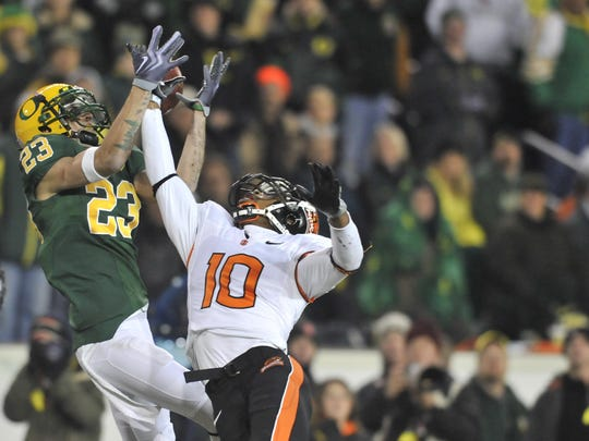 Jeff Maehl misses the catch to make an incomplete pass at the Oregon vs. Oregon State football game at Autzen Stadium in Eugene on Thursday, Dec. 3, 2009.