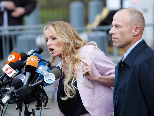 Stephanie Clifford, conocida como Stormy Daniels, habla junto a su abogado Michael Avenatti.