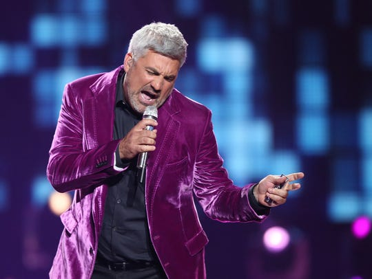 """Taylor Hicks performs at the """"American Idol"""" farewell"""