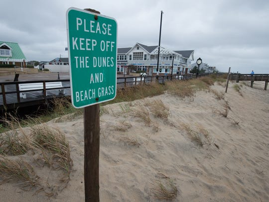 Sign warning visitors to please keep off the dunes