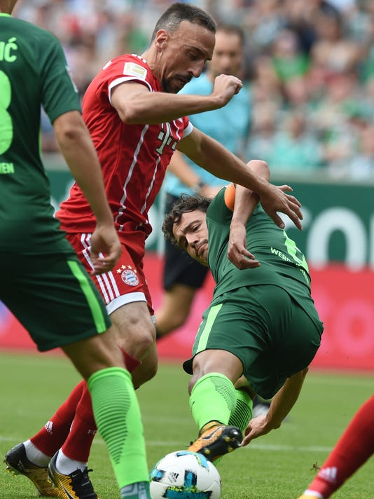 Bremen's Thomas Delaney, right, challenges for the ball with Munich's Franck Ribery during the German first division Bundesliga soccer match between Werder Bremen and Bayern Munich in Bremen, Germany, Saturday, Aug. 26, 2017. (Carmen Jaspersen/dpa via AP) via AP)