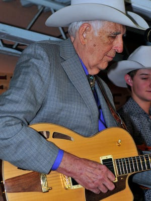 Tommy Allsup performing at Lincoln County Cowboy Symposium.