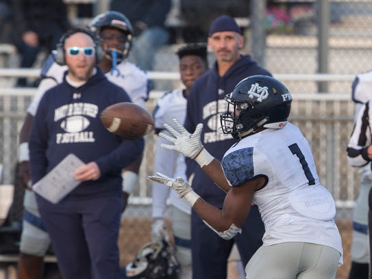 Mater Dei Prep's Isaiah Noguera catches a pass down