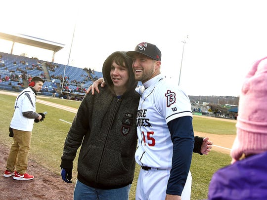 Tim Tebow poses with a fan before the Binghamton Rumble