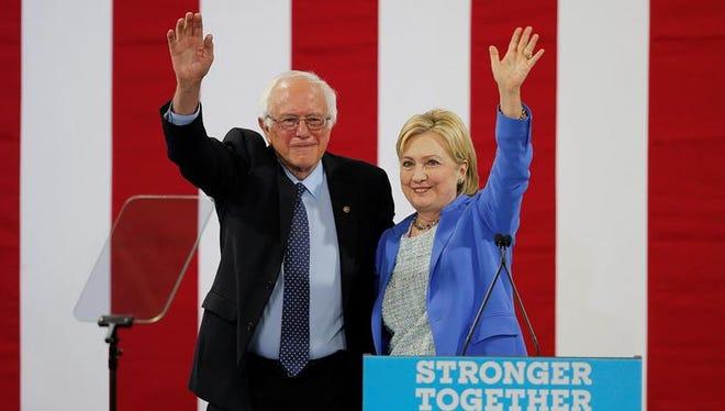 La candidata presidencial del partido demócrata Hillary Clinton (d) y el hasta ahora rival por la nominación el senador Bernie Sanders (i) durante un acto celebrado en Portsmouth, Nuevo Hampshire, Estados Unidos hoy 12 de julio de 2016.