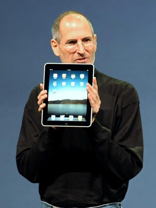 Steve Jobs with the Apple iPad