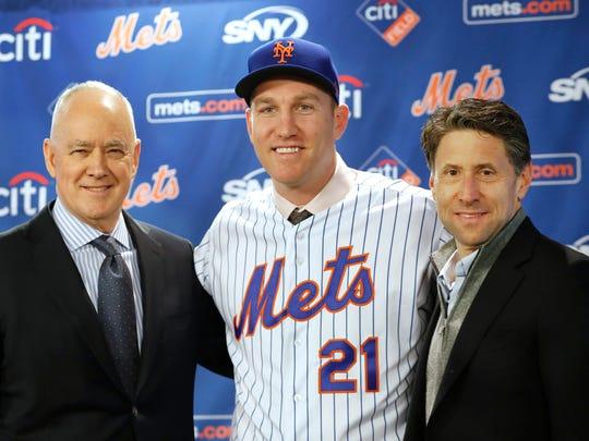 New York Mets general manager Sandy Alderson, left,