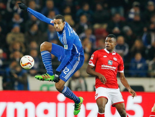 Mainz's Henrique Sereno, right, and Schalke's Joel Matip challenge for the ball during a German Bundesliga soccer match between FSV Mainz 05 and FC Schalke 04 in Mainz, Germany, Friday, Feb. 12, 2016. (AP Photo/Michael Probst)