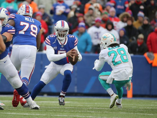 Bills quarterback Tyrod Taylor steps up in the pocket