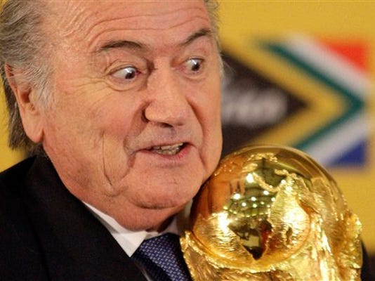 En esta foto del 6 de junio del 2010 se ve al presidente de la FIFA Joseph Blatter con la copa mundial en Pretoria, Sudáfrica. El 28 de septiembre del 2015, Blatter informará a la FIFA tres días después de ser interrogado por investigadores suizos sobre el escándalo de corrupción en el fútbol. (AP Foto/Themba Hadebe)
