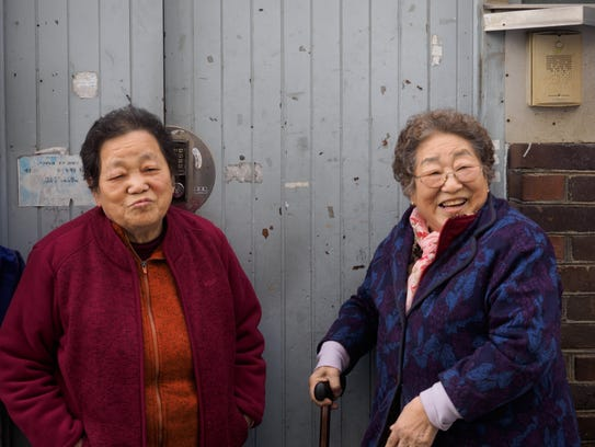 Sisters Lee Jin Ae (left) and Lee Jin Suk were separated
