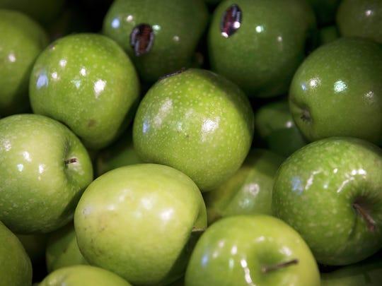 This picture taken on May 9, 2014 shows green apples on a supermarket display in Paris, France. AFP PHOTO /JOEL SAGET        (Photo credit should read JOEL SAGET/AFP/Getty Images)
