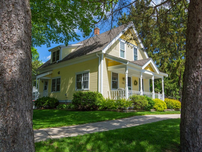 Photos yellow farmhouse with a sunny environment for Buying an old house