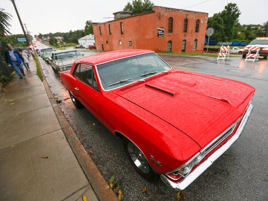 Four hundred classic cars line up on College Street,
