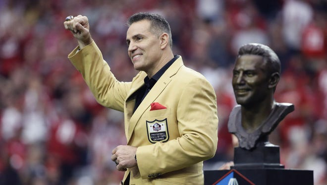 Former Cardinals quarterback Kurt Warner receives his Hall of Fame Ring during a halftime ceremonies on Oct. 1, 2017 at University of Phoenix Stadium.