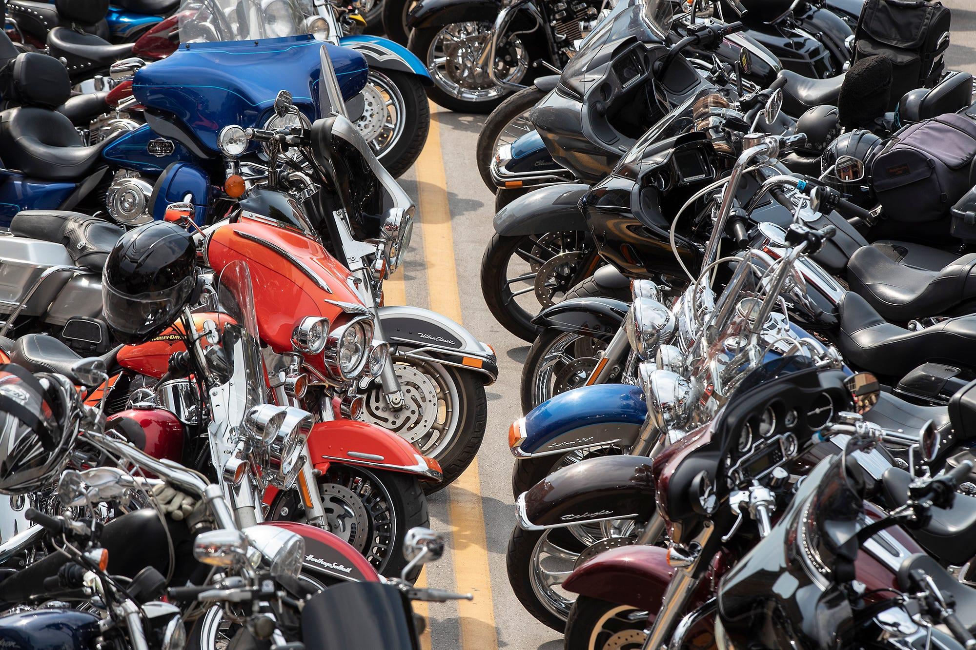 Смотреть секс в гараже на мотоцикле