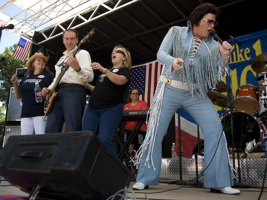 Mike Huckabee, second from left, plays with his band at the 2007 Iowa Straw Poll.