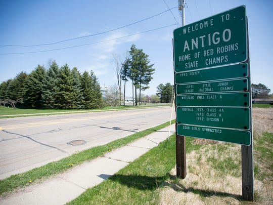 A sign on Fifth Avenue welcoming visitors to Antigo,