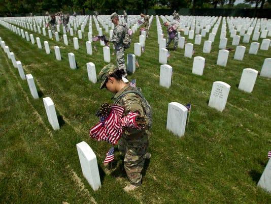 635999396608662510-APTOPIX-Arlington-Cemetery-Memorial-Day-Flags-jterhune-gannett.com-9.jpg