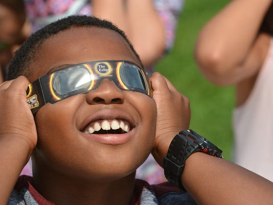 Elementary students view eclipse