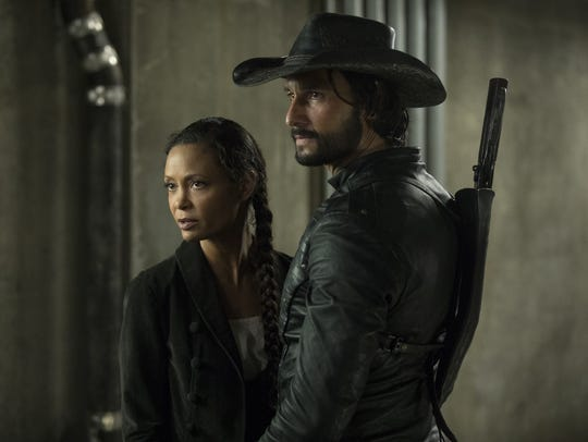 Maeve (Thandie Newton) and Hector (Rodrigo Santoro)