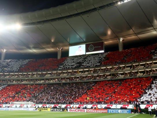 El Estadio Omnilife se pintó de rojo y blanco.