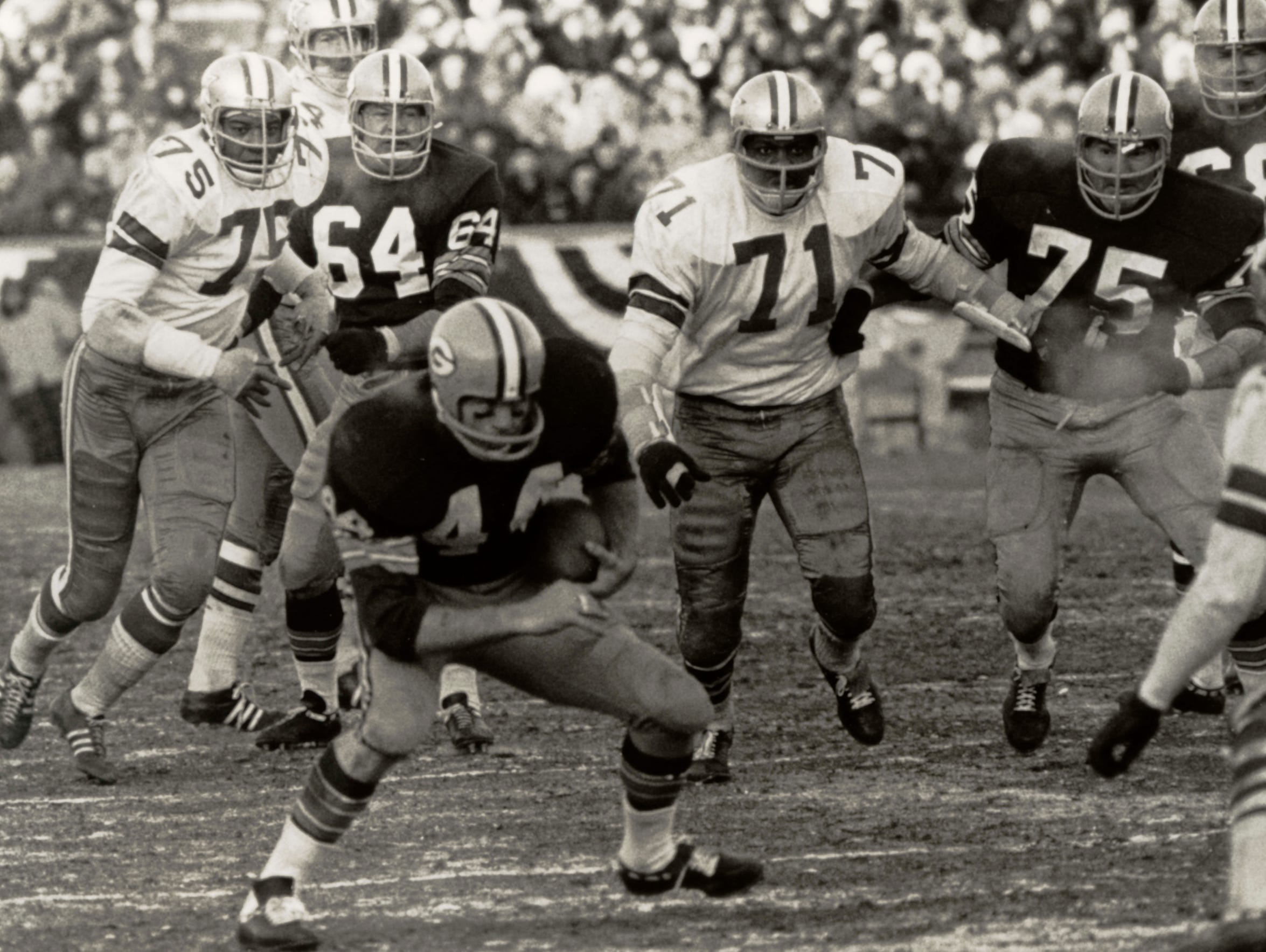 Packers halfback Donny Anderson runs for yardage during the 1967 NFL Championship Game. Anderson rushed 18 times for 35 yards and caught four passes for 44 yards in the game.