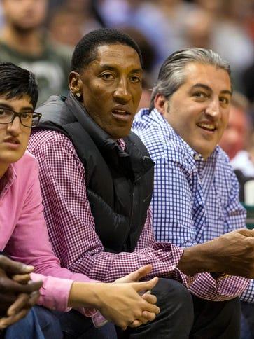 Chicago Bulls former player Scottie Pippen (center)