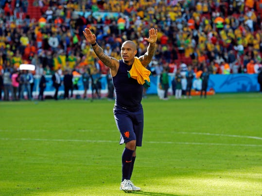 Netherlands' Nigel de Jong greets spectators after the group B World Cup soccer match between Australia and the Netherlands at the Estadio Beira-Rio in Porto Alegre, Brazil, Wednesday, June 18, 2014.  The Netherlands won the match 3-2.  (AP Photo/Wong Maye-E)