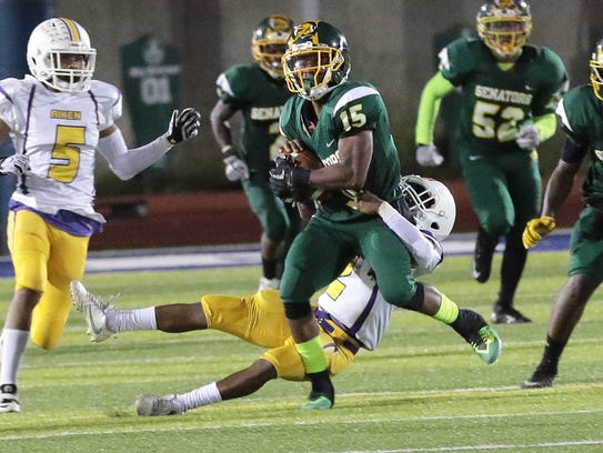 Taft's DeShawn Lawrence (15) runs with the ball during