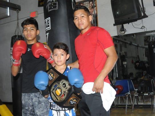 Juan junto a sus hijo Fabian y Juan Jr. ambos dignos