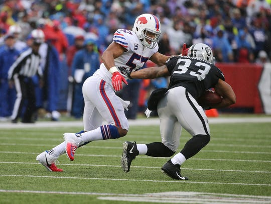 Bills linebacker Lorenzo Alexander makes the tackle
