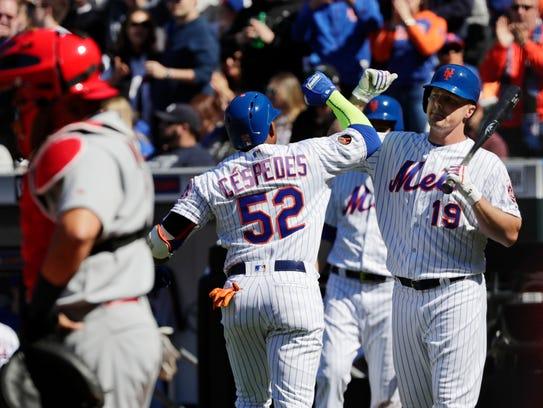 New York Mets' Jay Bruce (19) celebrates with Yoenis
