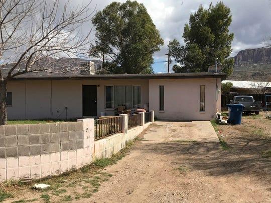 Esta es la casa en la que policías descubrieron el cuerpo de dos niños pequeños adentro de un vehículo estacionado.